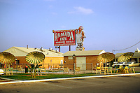 Vintage View of the Austin, Texas Ramada Inn Roadside Hotels pool and retro cars in 1967 - Stock Image.