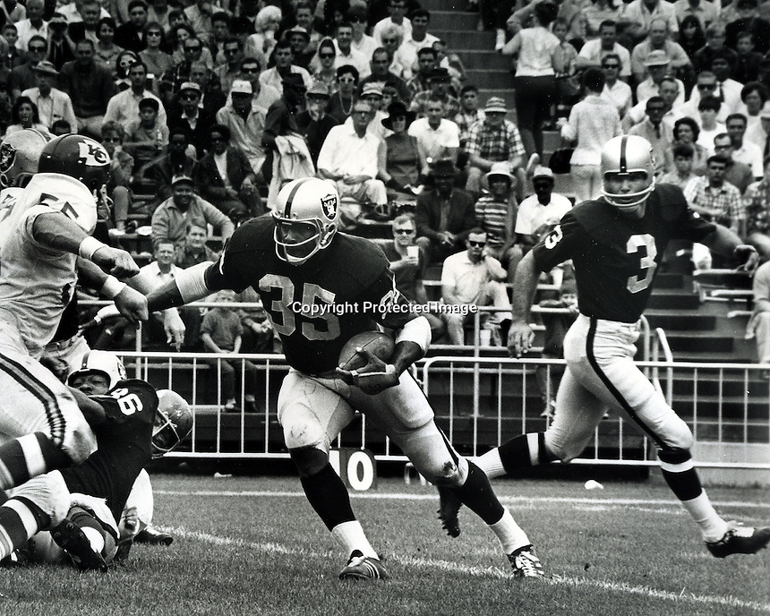 Oakland Raiders Hewritt Dixon takes handoff from Daryle Lamonica against the Kansas City Chiefs.<br />