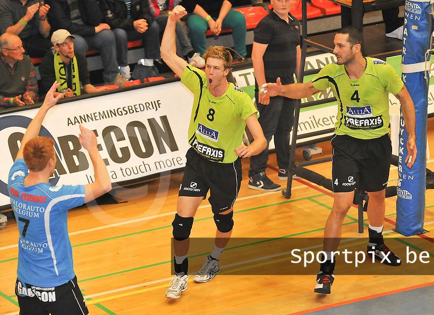 VC Prefaxis Menen - Volley Guibertin : vreugde bij Anshel Ver Eecke en teammaats na het binnenhalen van de set.foto VDB / BART VANDENBROUCKE