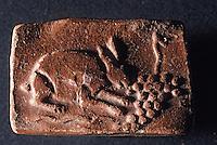 Europe/France/Auvergne/12/Aveyron/Millau: Le musée - Céramique Gallo-romaines de la Graufesenque - Lapin mangeant du raisin