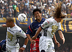 Mexico (12.02.2006) UNAM Pumas defenders Dario Veron (L) and Leandro Augusto (R) battles for the ball against Veracruz Tiburones Rojos forward Joel Sanchez during their soccer match at the Olympic Stadium in Mexico City, February 12, 2006. UNAM won 2-0 to Veracruz. / Mexico: Los defensas de Pumas UNAM Dario Veron y Leandro Augusto pelean por el balon con el delantero Joel Sanchez  de Tiburones Rojos de Veracruz durante el partido en el estadio Olimpico. Pumas UNAM gano 2-0 al Veracruz. © Javier Rodriguez