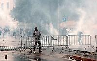 Roma  15 Ottobre 2011.Manifestazione contro la crisi e l'austerità.Scontri tra manifestanti e forze dell'ordine.Manifestanti innalzano barricate in piazza San Giovanni