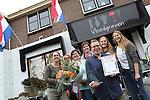 Foto: VidiPhoto<br /> <br /> WIJHE &ndash; Groot feest in de bloemenwinkel van Thomas Vloedgraven (23) in het Overijsselse Wijhe donderdag. De jonge ondernemer is uitgeroepen tot de beste bloemist van Nederland. Klanten, mystery shoppers en een vakjury beoordelen Vloedgraven als bloemist van het jaar. Hij mag de titel &ldquo;Mijn Bloemist van het Jaar&rdquo; tot november 2017 voeren. De vakjury is erg onder de indruk van Vloedgraven vooral omdat de winkel nog maar drie jaar bestaat.  Klanten van Vloedgraven zijn eveneens lovend over de creativiteit en deskundigheid. Ook is men enthousiast over de workshops die Vloedgraven maandelijks organiseert. Tijdens de verkiezing is Vloedgraven driemaal bezocht door professionele mystery shoppers. Deze shoppers beoordeelden onder andere de kwaliteit van de boeketten en de klantgerichtheid van de medewerkers. De bloemist kreeg van de mystery shoppers maar liefst een gemiddeld rapportcijfer van 9,4. De landelijke verkiezing Mijn Bloemist van het Jaar wordt tweejaarlijks georganiseerd en is een initiatief van de branchevereniging voor bloemisten (VBW).