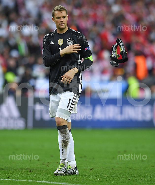 FUSSBALL EURO 2016 GRUPPE C IN PARIS Deutschland - Polen    16.06.2016 Torwart Manuel Neuer (Deutschland) schmeisst nach dem Abpfiff seine Torwarthandschuhe weg