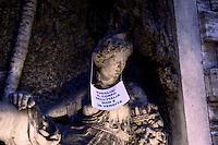 Roma 7 Febbraio 2011.Le statue di Roma tornano a parlare,  durante la notte  sono stati appesi dei cartelli sulle statue che fanno riferimento alla situazione politica attuale. Statua di via XX Settembre