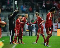 FUSSBALL   1. BUNDESLIGA  SAISON 2012/2013   18. Spieltag FC Bayern Muenchen - SpVgg Greuther Fuerth       01.12.2012 Auswechslung; Xherdan Shaqiri (2.v.li, FC Bayern Muenchen) und Arjen Robben (Mitte, FC Bayern Muenchen) stehen zur Einwechslung bereit und klatschen Toni Kroos (2.v.re, FC Bayern Muenchen)  ab