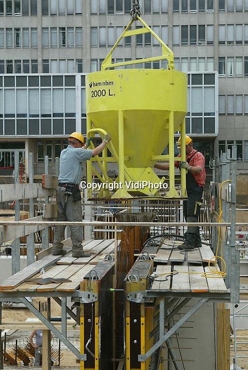Foto: VidiPhoto..NIJMEGEN - Door aannemer BAM Nelissen van Egeteren BV wordt in Nijmegen de fundering gelegd voor het nieuwe FNWI-gebouw (Faculteit Natuurwetenschappen, Wiskunde en Informatica) van de Katholieke Universiteit Nijmegen (KUN). Het nieuwe gebouw  krijgt zeven bouwlagen en vier lange vleugels. De eerste fase moet in 2004 gereed zijn, terwijl het totale project 1 april 2006 opgeleverd dient te worden
