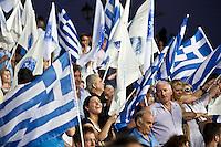 Elezioni in Grecia. Atene, manifestazione conclusiva di Nea Democratia in Piazza Sintagma 15 giugno 2012. Manifestanti con le bandiere della Grecia e del partito.