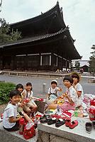 """Asie/Japon/Kyoto: Pique-nique devant le temple """"Tofukuji"""" fondé en 1236 et reconscruit en 1911 après l'incendie"""