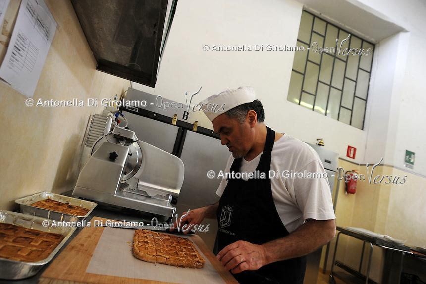 """Roma.Rome.Italia.Italy.Casa di reclusione di Rebibbia.Le cucine.I lavoratori detenuti mentre organizzano un catering e buffet per l'esterno..Workers detained while organizing a catered buffet for the outside..""""Liberamens...a"""" è un progetto della Syntax error che gestisce la mensa per circa 300 detenuti..Rebibbia prison. Kitchens. """"Liberamens...a """" is a project of """"Syntax error"""", which manages the canteen for about 300 inmates.."""