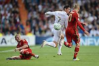 FUSSBALL   CHAMPIONS LEAGUE SAISON 2011/2012  HALBFINALE  RUECKSPIEL      Real Madrid - FC Bayern Muenchen           25.04.2012 Bastian Schweinsteiger (li) und Arjen Robben (re, beide FC Bayern Muenchen) gegen Cristiano Ronaldo (Mitte, Real Madrid)