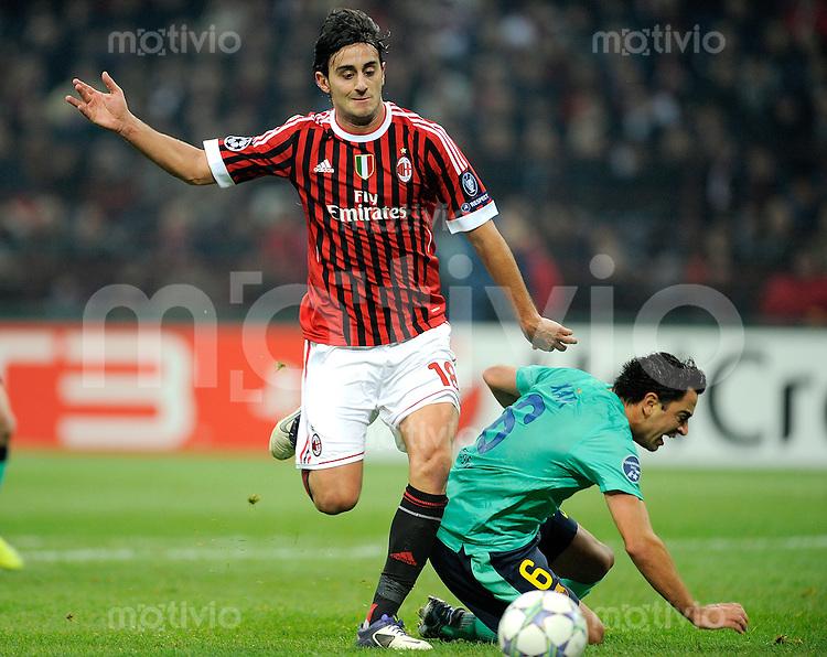 FUSSBALL   CHAMPIONS LEAGUE   SAISON 2011/2012     23.11.2011 AC Mailand - FC Barcelona Alberto Aquilani (li, AC Mailand) gegen Xavi Hernandez (Barca)