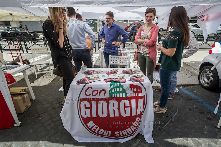 ITA - Domenica 5 giugno 2016 si vota a Roma per eleggere il nuovo Sindaco. L'attmosfera nella città prima del voto, un gazebo della candidata Giorgia Meloni, per Fratelli D'Italia, in Vaticano. ENG - Municipal elections will be held in Rome on 5 June 2016. In the photo an electoral spread of Giorgia Meloni, a candidate for mayor, in Vatican City. Rome, 28 may 2016. Adamo Di Loreto/BuenaVista*photo