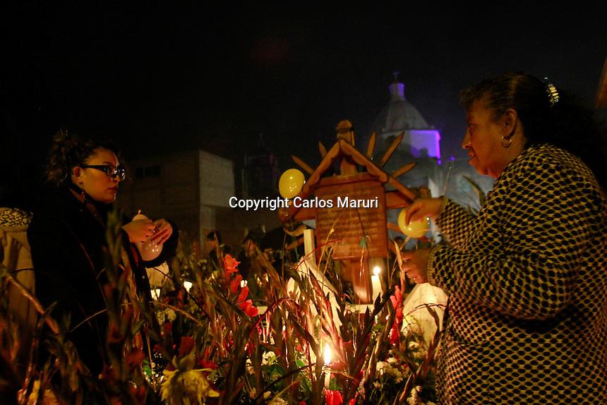 Ciudad de M&eacute;xico 02/Noviembre/2016.<br /> Durante la celebraci&oacute;n de D&iacute;a de Muertos en M&eacute;xico, un punto relevante dentro de la Ciudad es el pueblo San Andr&eacute;s M&iacute;xquic, que es uno de los siete pueblos originarios y es declarada como Patrimonio de la Humanidad por la Unesco, se encuentra localizado en la parte suroriental de la delegaci&oacute;n de Tl&aacute;huac.<br /> Las actividades tradicionales mexicanas que se realizan en M&iacute;xquic, lleva a miles de nacionales y extranjeros, a visitar el pueblo que a finales de octubre y principios de noviembre se vuelve toda una fiesta dedicada a los fieles difuntos.<br /> El d&iacute;a de hoy dos de noviembre, familias originarias de San Andr&eacute;s Mixquic, se re&uacute;nen en el cementerio y se lleva a cabo la famosa alumbrada, en donde les rinden un homenaje a sus difuntos que dejaron un recuerdo significativo. <br /> Al caer la noche la gente llega a las tumbas, las cuales son decoradas con flores de cempas&uacute;chil, velas, fruta y agua entre otras cosas m&aacute;s. El pante&oacute;n se llena de luz para mostrarle el camino a los muertos y que no se pierdan en el camino.