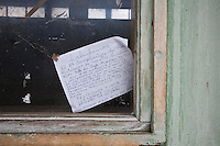 Cuba, Santa Clara, festa per l'87° compleanno di Fidel Castro 13 agosto 2013 , biglietto di augurio appeso a una finestra
