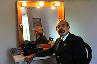 Attori e attrici nel backstage delle riprese di Casa Coop. Actors and actresses in the backstage of the filming of House Coop..Andrea Tidona.