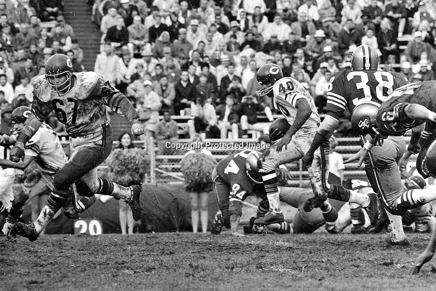 San Francisco 49ers vs Chicago Bears..Bears #40 running the ball...(photo/Ron Riesterer)