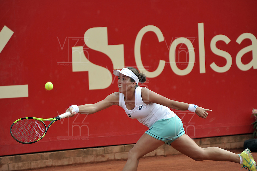 BOGOTA - COLOMBIA - 17-04-2016: Irina Falconi de Estados Unidos, devuelve la bola a Silvia Soler de España, durante partido por el Claro Colsanitas WTA, que se realiza en el Club El Rancho de Bogota. / Irina Falconi of United States, returns the ball to Silvia Soler of Spain, during a match for the WTA Claro Colsanitas, which takes place at Club El Rancho de Bogota. Photo: VizzorImage / Luis Ramirez / Staff.
