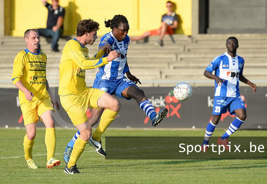 Gullegem - AA Gent :<br /> <br /> Nicolas Mulliez (L) kan een doelpoging van Mahamadou Habibou (R) niet verhinderen<br /> <br /> foto VDB / BART VANDENBROUCKE