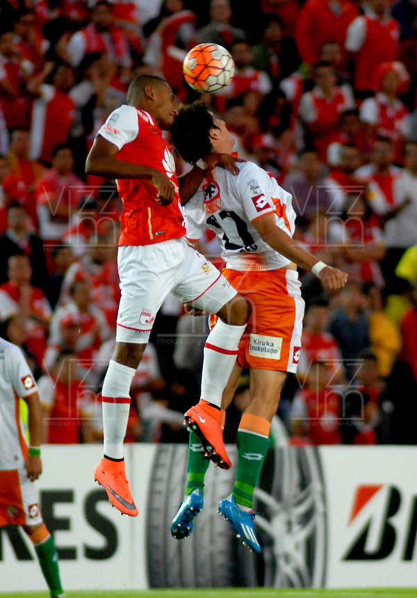 BOGOTA- COLOMBIA – 15-03-2016: William Tesillo (Izq.) jugador de Independiente Santa Fe de Colombia, disputa el balon con Javier Grbec (Der.) jugador de Cobresal de Chile, durante partido entre Independiente Santa Fe de Colombia y Cobresal de Chile,  por la segunda fase de la Copa Bridgestone Libertadores en el estadio Nemesio Camacho El Campin, de la ciudad de Bogota. / William Tesillo (L) player of Independiente Santa Fe of Colombia, figths for the ball with Javier Grbec (R) player of Cobresal of Chile, during a match between Independiente Santa Fe of Colombia and Cobresal of Chile, for the second phase, of the Copa Bridgestone Libertadores in the Nemesio Camacho El Campin in Bogota city. VizzorImage / Luis Ramirez / Staff.