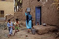 Afrique/Egypte/Env de Louxor/Ancienne Thèbes: Enfants jouant au football dans la rue devant une maison
