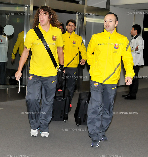 (L-R) Carles Puyol, Andres Iniesta (Barcelona),.DECEMBER 11, 2011 - Football / Soccer :.Carles Puyol and Andres Iniesta of Barcelona arrive at Narita International Airport in Chiba, Japan. (Photo by AFLO)