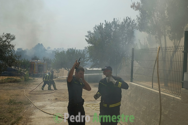 Firefighters work at the site of a wildfire in Tres Cantos, near Madrid on August 22, 2013. © Pedro ARMESTRE.
