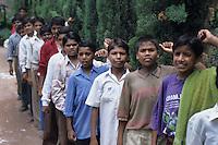 Ragazzi dell' hasram di Kailash Satyarthi Nobel per la pace 2014 (inizi anni 2000)<br /> in fila per il pranzo