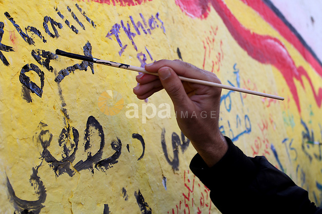 A Palestinian paints a mural during a rally marking the Palestinian disabled Day, in Rafah in the southern Gaza strip on Dec. 07, 2015. Photo by Abed Rahim Khatib