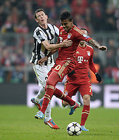 FUSSBALL  CHAMPIONS LEAGUE  VIERTELFINALE  HINSPIEL  2012/2013      FC Bayern Muenchen - Juventus Turin       02.04.2013 Stephan Lichtsteiner (li, Juventus Turin) gegen Luiz Gustavo (re, FC Bayern Muenchen)