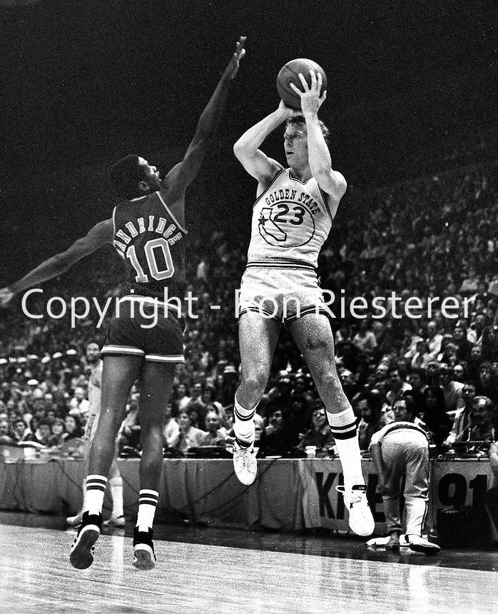 Golden State Warrior Jeff Mullins and the Bucks Dandridge. (1975 photo/Ron Riesterer)