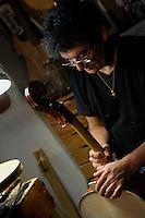 """Il maestro Carlos Roberts, liutaio del Consorzio Liutai """"Antonio Stradivari"""", mentre costruisce un  violoncello nel suo laboratorio. .The master Carlos Roberts while building a cello in his laboratory.The Consortium of Violinmakers.."""