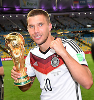 FUSSBALL WM 2014                       FINALE   Deutschland - Argentinien     13.07.2014 DEUTSCHLAND FEIERT DEN WM TITEL: Lukas Podolski jubelt mit dem WM Pokal