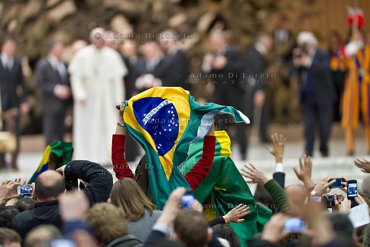 VATICANO 16/03/2012: La platea saluta Papa Francesco mentre va via dall'aula. Foto Adamo Di Loreto/buenaVista* photo