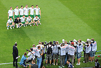 FUSSBALL  EUROPAMEISTERSCHAFT 2012   VORRUNDE Italien - Irland                       18.06.2012 Das Team von Irland im Fokus der Fotografen