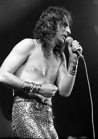 Alice Cooper performing in 1972. Credit: Ian Dickson/MediaPunch