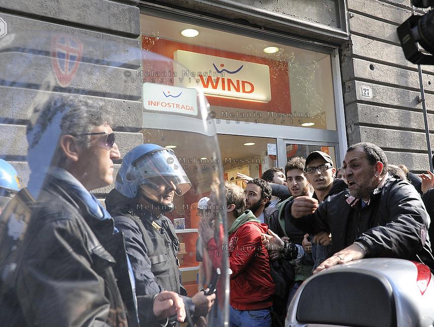 Palermo, an unemployed man tries to calm down the police during the clashes between students and police.<br /> Palermo, un disoccupato tenta di calmare la polizia durante gli scontri con gli studenti.