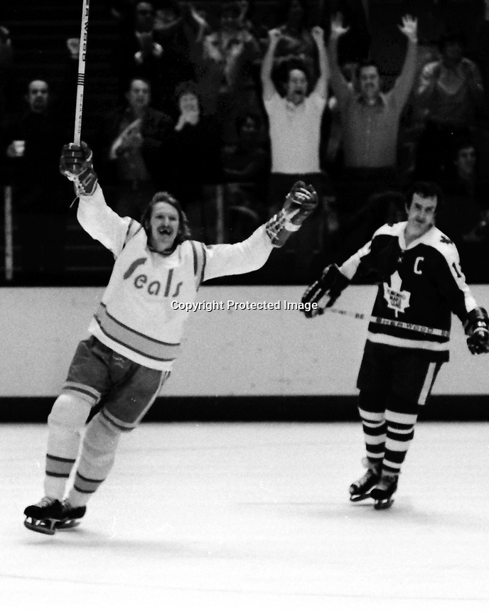 Seals Stan Weir celebrates goal against the Toronto Maple Leafs. (1975 photo/Ron Riesterer)