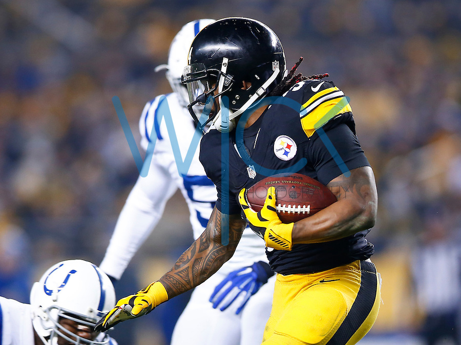 DeAngelo Williams #34 of the Pittsburgh Steelers runs with the ball against the Indianapolis Colts during the game at Heinz Field on December 6, 2015 in Pittsburgh, Pennsylvania. (Photo by Jared Wickerham/DKPittsburghSports)