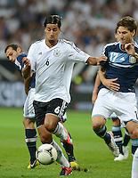 FUSSBALL Nationalmannschaft Freundschaftsspiel:  Deutschland - Argentinien             15.08.2012 Sami Khedira (li, Deutschland) gegen Federico Fernandez (Argentinien)