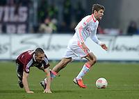 FUSSBALL   1. BUNDESLIGA  SAISON 2012/2013   12. Spieltag 1. FC Nuernberg - FC Bayern Muenchen      17.11.2012 Thomas Mueller (re, FC Bayern Muenchen) gegen Timmy Simons (1 FC Nuernberg)