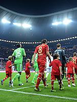 FUSSBALL   1. BUNDESLIGA  SAISON 2012/2013   5. Spieltag FC Bayern Muenchen - VFL Wolfsburg    25.09.2012 Naldo (li, VfL Wolfsburg) mit Javi , Javier Martinez und Torwart Manuel Neuer (v. li., FC Bayern Muenchen)   laufen in die Allianz Arena ein mit Einlaufkindern