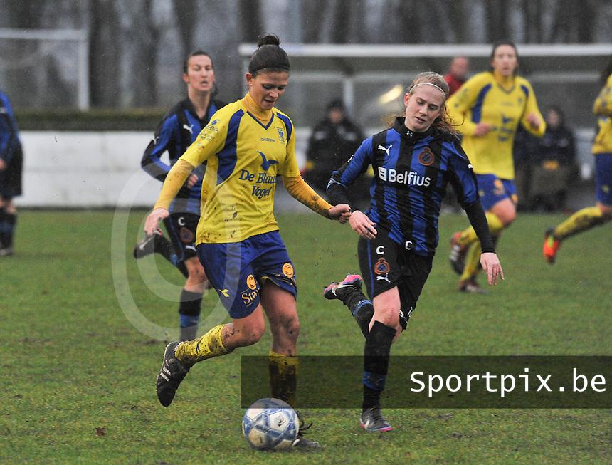 Club Brugge - STVV : Lien Haverals aan de bal voor Silke Demeyere.foto Joke Vuylsteke / Vrouwenteam.be