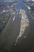 Nord Ostseekanal Schleuse Brunsbuettell: EUROPA, DEUTSCHLAND, SCHLESWIG-HOLSTEIN, BRUNSBUETTEL , (EUROPE, GERMANY), 28.03.2017: Schleuse Nord-Ostseekanal von Brunsbuettel. Der Nord-Ostsee-Kanal (NOK; internationale Bezeichnung: Kiel Canal) verbindet die Nordsee (Elbmuendung) mit der Ostsee (Kieler Foerde). Diese Bundeswasserstra&szlig;e ist nach Anzahl der Schiffe die meistbefahrene kuenstliche Wasserstra&szlig;e der Welt.<br /> Der Kanal durchquert auf knapp 100 km das deutsche Bundesland Schleswig-Holstein von Brunsbuettel bis Kiel-Holtenau und erspart den etwa 900 km laengeren Weg um die Nordspitze Daenemarks durch Skagerrak und Kattegat.<br /> Die erste kuenstliche Wasserstra&szlig;e zwischen Nord- und Ostsee war der 1784 in Betrieb genommene und 1853 in Eiderkanal umbenannte Schleswig-Holsteinische Canal. Der heutige Nord-Ostsee-Kanal wurde 1895 als Kaiser-Wilhelm-Kanal eroeffnet und trug diesen Namen bis 1948. Baustelle auf der Mittelinsel. Neubau einer neuen Schleusenkammer