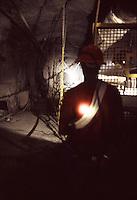 SUDAFRICA - Kimberley, miniera di diamanti di Bultfontein ( Miniere De Beers): un minatore illuminato da una torcia in una galleria.