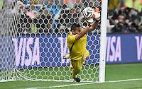 FUSSBALL WM 2014                HALBFINALE Niederlande - Argentinien       09.07.2014 Torwart Sergio Romero (Argentinien) kann parieren