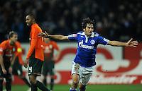FUSSBALL   1. BUNDESLIGA   SAISON 2011/2012    17. SPIELTAG FC Schalke 04 - SV Werder Bremen                            17.12.2011 Raul (re, FC Schalke 04) beim Torjubel. Naldo (li, Bremen) wendet sich enttaeuscht ab