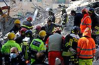 L'Aquila 6 Aprile 2009.Terremoto all'Aquila.Soccorritori alla ricerca di superstiti in un palazzo crollato  .Earthquake to the city of L'Aquila.Rescue workers search for trapped people on a damaged building .