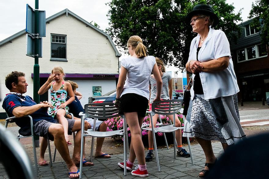 Nederland, Driebergen, 20 juli  2014<br /> Zondagmiddag, 18.00 uur. kerkgangers gaan naar de gerevormeerde kerk in Driebergen. Vrouwen moeten een hoed op het hoofd dragen.<br /> Foto (c) Michiel Wijnbergh