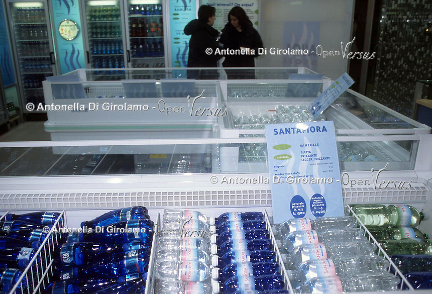 Cibi e bevande. Food and beverages. Aqua store.Negozio che vende tutti i tipi di acqua in bottiglia..Store that sells all types of bottled water....